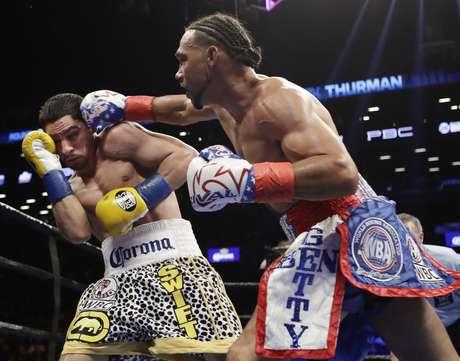 Keith Thurman lanza un golpe sobre Danny García durante el tercer asalto de su pelea por la unificación de los títulos welter, realizada el sábado 4 de marzo de 2017 en Nueva York
