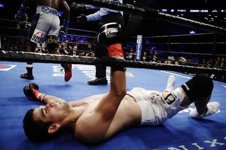 El mexicano Jorge Cota yace en la lona durante su pelea ante el estadounidense Erickson Lubin, el sábado 4 de marzo de 2017, en Nueva York