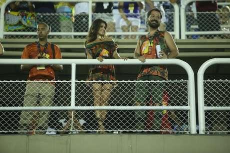 A cantora Paula Fernandes assistiu ao desfile das campeãs na Sapucaí