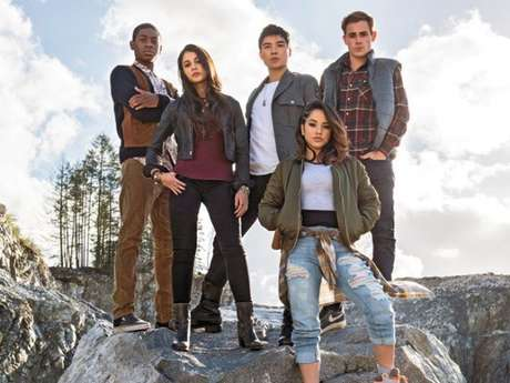"""Elenco do novo """"Power Rangers"""" recebe visita surpresa da primeira Ranger Rosa durante entrevista"""