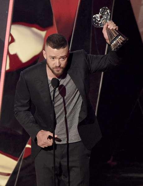 """Justin Timberlake acepta el premio a la mejor canción del año por """"Can't Stop The Feeling!"""" en los Premios iHeartRadio en el Forum, el 5 de marzo de 2017, en Inglewood, California."""
