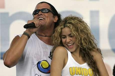 """ARCHIVO - En esta fotografía de archivo del 20 de julio de 2008, los cantantes colombianos Shakira, derecha, y Carlos Vives dan su espectáculo durante un """"concierto por la paz"""" como parte de los festejos por el Día de la Independencia en Leticia, Colombia. Un cantante y productor cubano interpuso una demanda por plagio contra Shakira y Vives por presuntamente copiar extractos de una canción de una década de antigüedad en el éxito del dúo colombiano """"La bicicleta""""."""