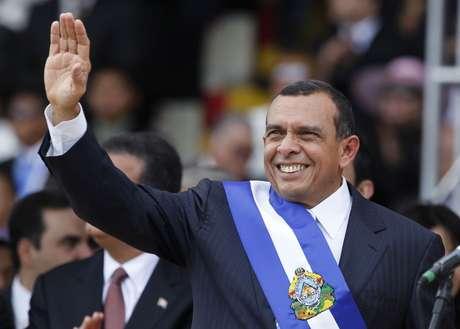 ARCHIVO - En esta foto de archivo del 27 de enero de 2010, el entonces presidente de Honduras, Porfirio Lobo, saluda durante la ceremonia de inicio de su mandato en la capital hondureña, Tegucigalpa. Un narcotraficante hondureño aseguró en una corte de Nueva York que pagó miles de dólares al exmandatario, a cambio de asistencia para llevar a cabo operaciones de tráfico de drogas. Los supuestos sobornos ocurrieron entre 2009 y 2013.