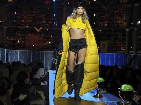 Modelo participa en el desfile de Fenty x Puma en la Paris Fashion Week.