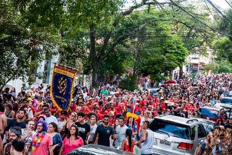 Apresentação do Grupo Maracatu no Bloco de Pedra, na Vila Madalena, em São Paulo (SP), no sábado (25).