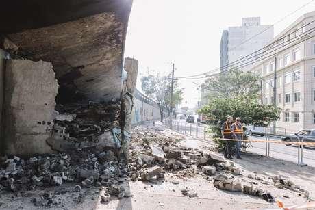 Incêndio atingiu o viaduto Evaristo Comolatti, na ligação Leste-Oeste, no Parque Dom Pedro, em São Paulo (SP). De acordo com a Defesa Civil, o incêndio foi causado por uma fogueira acendida no local na noite desta segunda-feira (7).