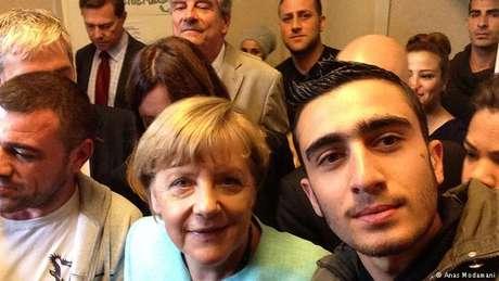 Quando estava alojado no acampamento de refugiados de Berlim-Spandau, Anas Modamani ficou sabendo que a chanceler federal alemã, Angela Merkel, viria visitar e conversar com os migrantes. O sírio de 19 anos, um adepto das mídias sociais, resolveu tirar um selfie com a chefe de governo, na esperança de que a iniciativa iniciasse uma mudança real em sua vida.