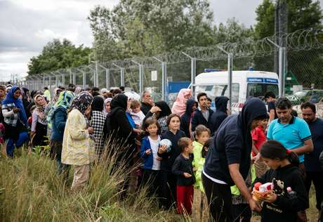 No auge da crise migratória da Europa em 2015, mais de 400 mil pessoas, muitas desta fugindo da guerra civil na Síria, atravessaram a Hungria a caminho da Europa Ocidental. Desde então, o número de refugiados diminui drasticamente. Neste ano, 1004 pessoas pediram abrigo no país.