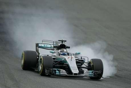 El piloto de Mercedes, Valtteri B9ottas, maneja en una sesión de pruebas de pretemporada de la Fórmula Uno el miércoles, 8 de marzo de 2017, en Montmelo, España.