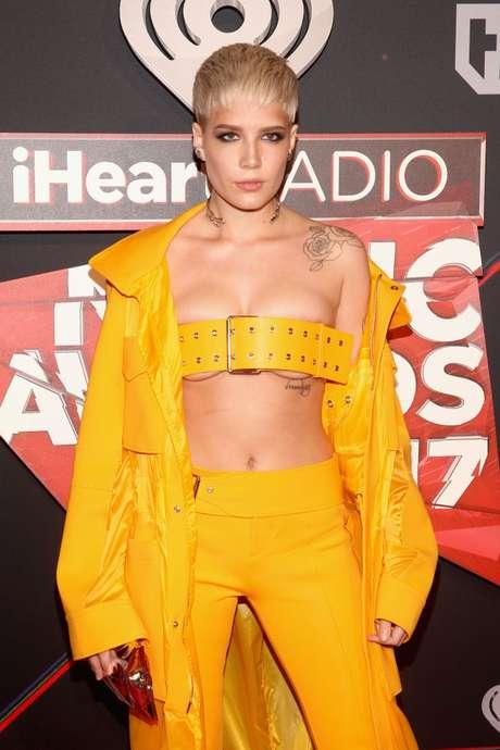 El cinturo sostén de Halsey en los iHeartRadio Music Awards 2017.