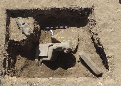 Arqueólogos encontram 66 estátuas faraônicas de deusa de guerra.