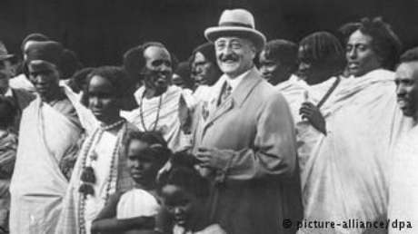 Uma foto 1927 mostrando Carl Hagenbeck cercado por somalis expostos em um zoo em Hamburgo