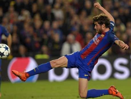Sergi Roberto se estica para marcar o gol decisivo da partida