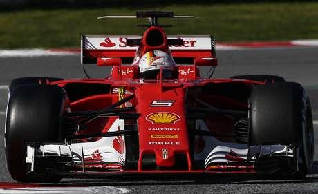 El piloto de Ferrari, Sebastian Vettel, maneja en una prueba de pretemporada de la F1 el jueves, 9 de marzo de 2017, en Montmelo, España.