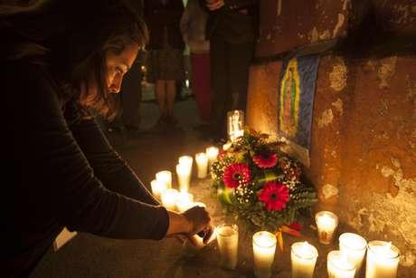 Varias personas ponen velas para recordar a las niñas fallecidas