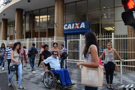 As agências da Caixa Econômica Federal anteciparam em duas horas o atendimento aos clientes devido aos saques das contas inativas do Fundo de Garantia do Tempo de Serviço