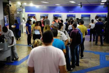 Agência da Caixa no Rio tem fila para o saque do FGTS de contas inativas -