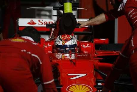 El piloto de Ferrari, Kimi Raikkonen, es atendido en su bólido durante una sesión de pruebas de pretemporada el viernes, 10 de marzo de 2017, en Montmelo, España.