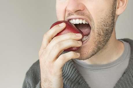 Os ácidos liberados pela maçã durante o consumo ajudam na digestão dos alimentos. Além disso, graças às fibras, os dentes ficam mais branquinhos.