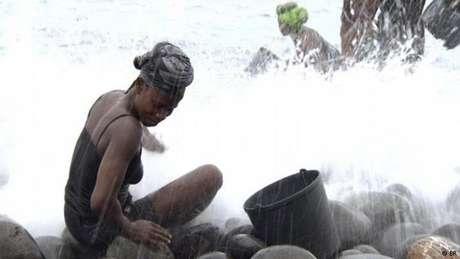 Moradores que sobrevivem do 'roubo' de areia geram um impacto já visível na costa do arquipélago de Cabo Verde.