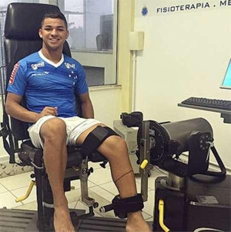 Atacante agora terá que tratar problemas no joelho direito (Foto: Divulgação/Cruzeiro)