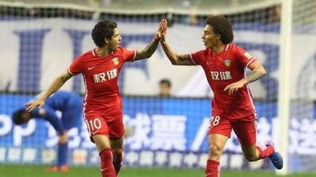 Pato comemora gol de Witsel, porém terminou a partida lamentando (Foto: Reprodução / Sina.com)
