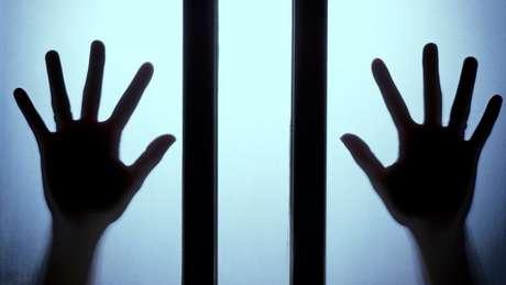 As vítimas de escravidão sexual caem nas mãos de grupos que tomam seus passaportes e impedem qualquer contato com a família