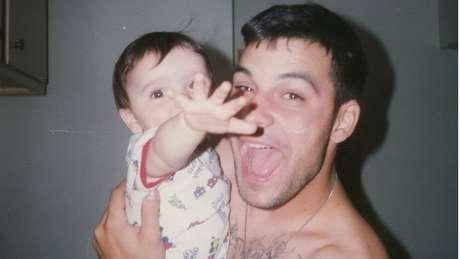 Picciolini decidiu deixar de ser um skinhead quando teve um filho