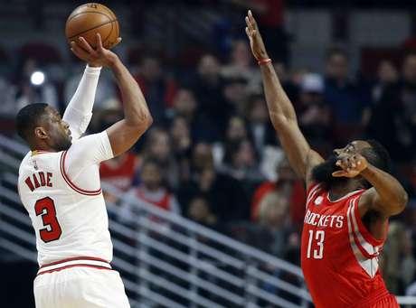 El base Dwyane Wade, izquierda, de los Bulls de Chicago, intenta un enceste ante James Harden, de los Rockets de Houston, en el encuentro del viernes 10 de marzo de 2017, en Chicago