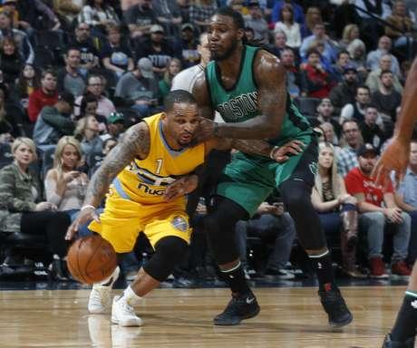 El base Jameer Nelson, izquierda, de los Nuggets de Denver, deja atrás a Jae Crowder, de los Celtics de Boston, en el duelo del viernes 10 de marzo de 2017, en Denver