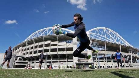 Helton Leite deve voltar a ser opção para o técnico Jair Ventura nos próximos dias (Foto: Vitor Silva/SSPress)