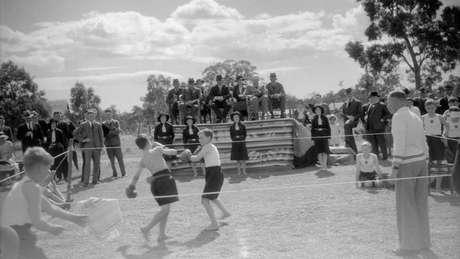 Torneio de boxe é atração em dia ensolarado em Fairbridge.