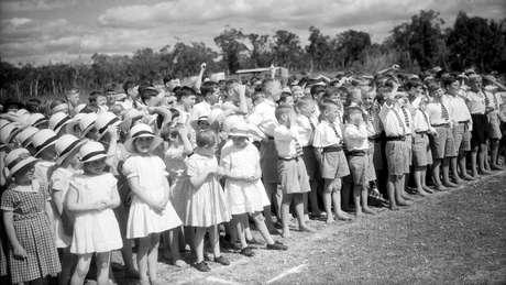 Em Fairbridge, crianças ouvem a discurso do Duque de Gloucester.