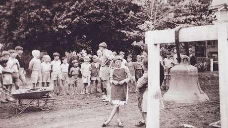 Crianças se reúnem para atividade ao ar livro na fazenda de Fairbridge.