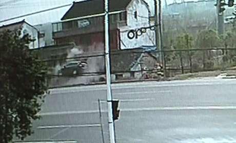 Um carro foi parar no teto de uma casa após um homem perder o controle de seu carro na China.