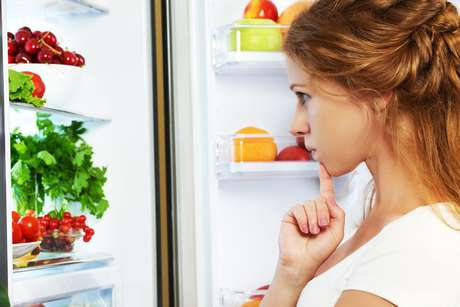 Porta aberta e alimentos em locais errados fazem a geladeira consumir mais energia
