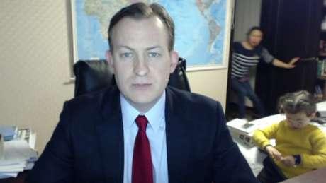 O professor Robert Kelly comentava o impeachment da presidente da Coreia do Sul à BBC em uma entrevista ao vivo quando algo inusitado ocorreu.