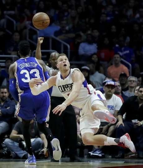 Blake Griffin, alero de los Clippers de Los Ángeles, realiza un disparo en la segunda mitad del encuentro ante los 76ers de Filadelfia, el sábado 11 de marzo de 2017