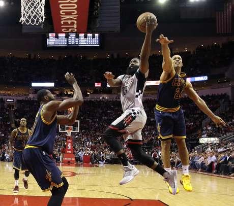 James Harden (13), de los Rockets de Houston, busca la canasta mientras Richard Jefferson (24),a la derecha, y Tristan Thompson, a la izquierda, ambos de los Cavaliers de Cleveland, defienden su aro en el primer periodo del partido en Houston