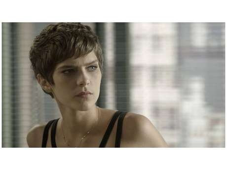 """Em """"A Lei do Amor"""", Letícia (Isabella Santoni) pode não resistir ao tratamento do câncer"""