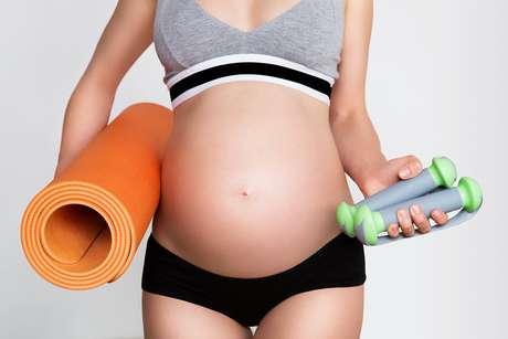 """<p>""""A ajuda a desenvolver uma placenta maior, auxiliando o bebê a crescer ao máximo durante toda a gravidez e ter menor risco de contrair deficiências. Diminui as chances de a mãe ganhar peso em excesso. Prepara o corpo para o estresse que pode acontecer durante o parto. Reduz as chances de a grávida desenvolver varizes. Exercícios com pesos aumentam a resistência dos capilares e dos vasos sanguíneos, de modo que proteja a mãe durante e após agestação"""".</p>"""
