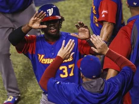 Odúbel Herrera (37) festeja con sus compañeros de la selección de Venezuela, tras anotar una carrera durante el encuentro del Clásico Mundial de Béisbol ante Italia, disputado el lunes 13 de marzo de 2017, en Guadalajara, México