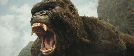 """Esta imagen difundida por Warner Bros. Pictures muestra una escena de """"Kong: Skull Island"""". Kong fue el rey de la taquilla el fin de semana del 12 de marzo del 2017. Cálculos de estudios indican el domingo que """"Kong: Skull Island"""" recaudó 61 millones de dólares en su primer fin de semana en cartelera. Estelarizada por Tom Hiddleston, Brie Larson y Samuel L. Jackson, la cinta de acción de Warner Bros. y Legendary tuvo un costo de producción de 185 millones."""