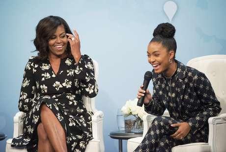 En esta foto del 11 de octubre del 2016, la primera dama Michelle Obama ríe con la actriz Yara Shahidi mientras ambas participan en un evento de la revista Glamour por el Día Internacional de la Niña en el Newseum, en Washington.