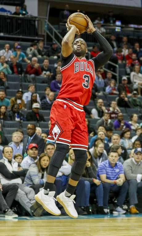 Dwyane Wade de los Bulls de Chicago dispara al aro ante los Hornets de Charlotte