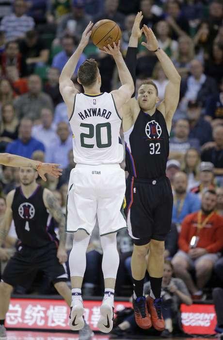 Gordon Hayward, alero del Jazz de Utah, dispara frente a Blake Griffin, de los Clippers de Los Ángeles, en el encuentro del lunes 13 de marzo de 2017