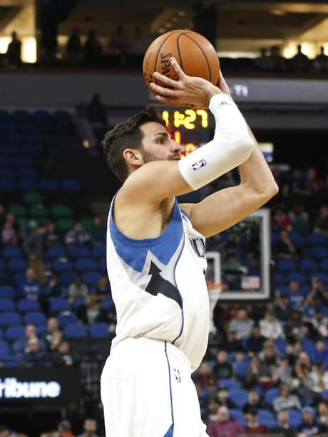 Ricky Rubio de los Timberwolves de Minnesota dispara al aro ante los Wizards de Washington, el lunes 13 de marzo de 2017