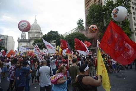 Manifestantes protestam contra reforma da Previdência em passeata na Avenida Presidente Vargas