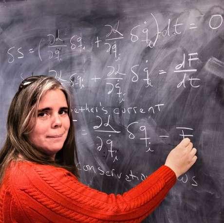 Mayly Sánchez explica teorema de Noether a seus alunos nos EUA