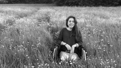 Katie chegou a não conseguir mais andar sozinha por causa de sua condição